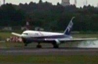 Японський літак погнув фюзеляж після стрибків на посадковій смузі