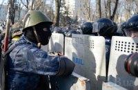 """Відео штурму в Маріїнському: десятки непритомних людей розкидані по парку. """"Швидкі"""" переповнені"""