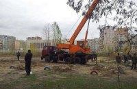 В Киеве на Позняках восстанавливают снесенные вчера секции строительного забора