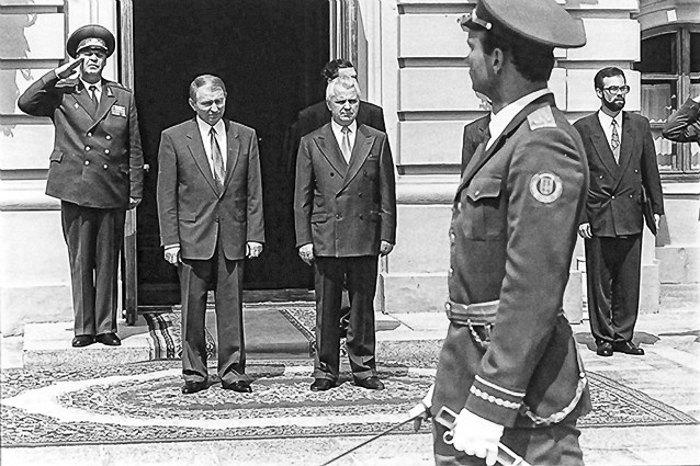 Леонид Кравчук принимает парад с новоизбранным президентом Леонидом Кучмой по случаю его инаугурации, 19 июля 1994.