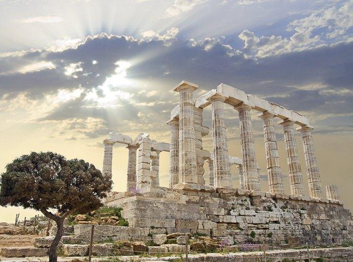 Руины античного Храма Посейдона на мысе Сунион, Афины, Греция.