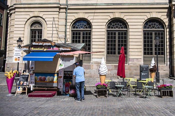 Зазвичай людні вулиці та крамнички біля Королівського палацу зараз порожні у Стокгольмі, 22 липня 2020
