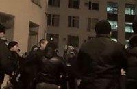 Округ 215. Появилось видео потасовки под окружкомом