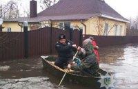 В Сумской области полицейские вывозят на лодках жителей подтопленной Ахтырки