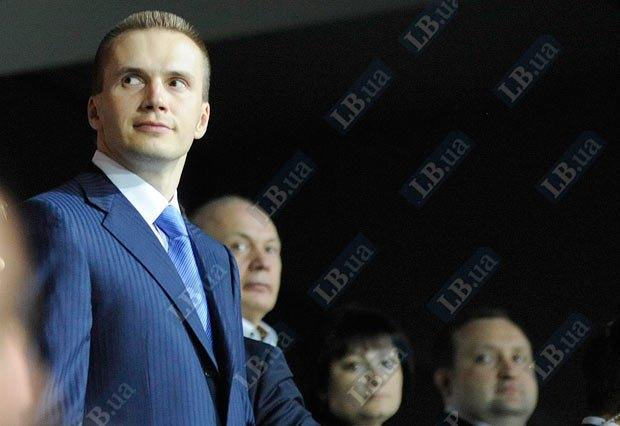 Юрий Иванющенко справа от Александра Януковича