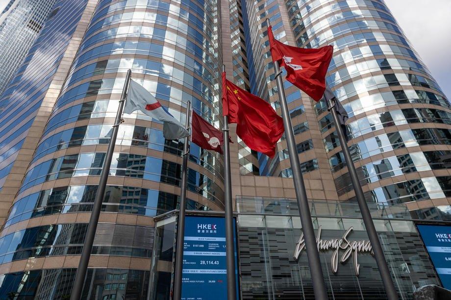Прапори Китаю та Гонконгу майорять біля будівлі Гонконгівської біржі, 5 липня 2021 р.