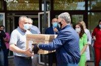 Порошенко передав 1800 швейцарських тестів на коронавірус лікарням Тернопільщини