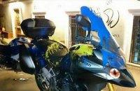 В Тбилиси мотоциклы россиян облили сине-желтой краской