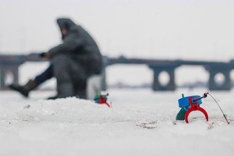 Спасатели просят рыбаков не выходить на лед водоемов из-за оттепели