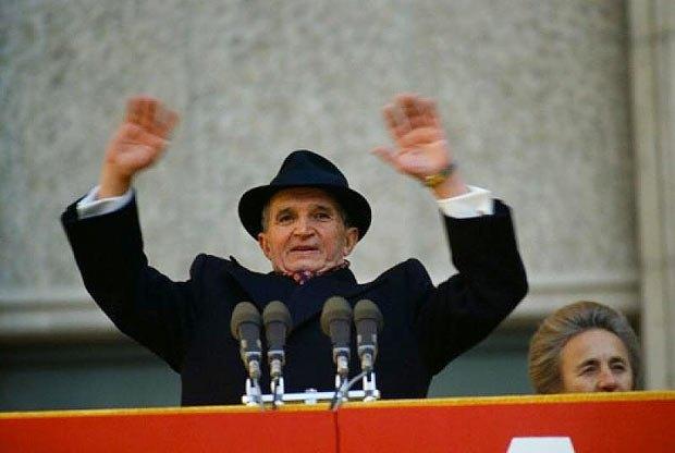 Чаушеску приветствует делегатов XIV-го съезда Компартии. Рядом - первый вице-премьер-министр Румынии Елена Чаушеску