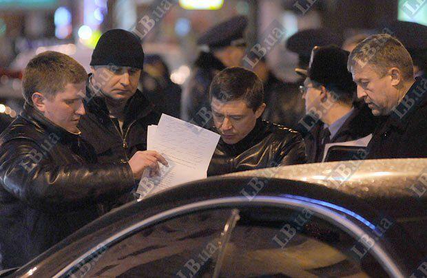 Мужчина в центре - предположительно - водитель Mersedes