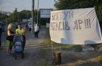Активисты повалили забор на незаконной стройке в Протасовом Яру
