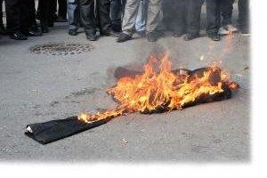 Оппозиционные к Меджлису крымские татары сожгли чучело Джемилева