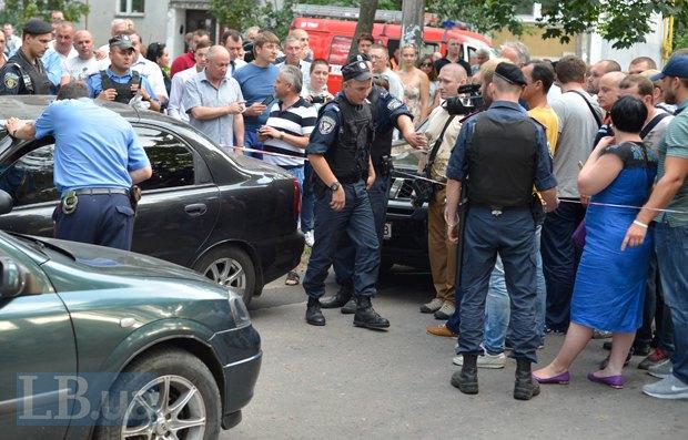 Блокирование наблюдателями автомобиля с бюллетенями в Чернигове на довыборах в Раду