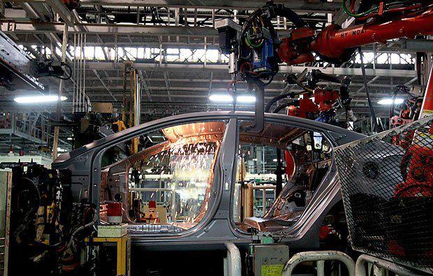 Роботы собирают авто на заводе Hyundai Motors в Южной Корее, фото 19 декабря 2011 года