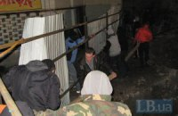 В Киеве на Жилянской активисты штурмуют забор незаконной стройки, охрана бросила дымовую шашку (ОБНОВЛЯЕТСЯ)