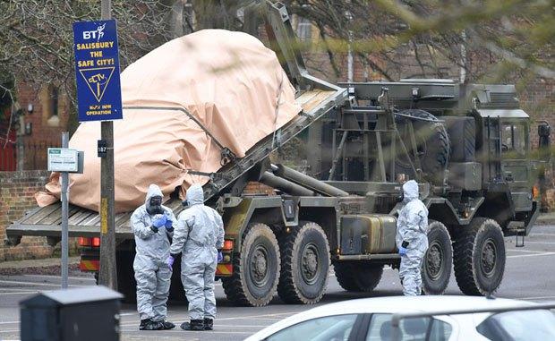 Рабочие в защитных костюмах эвакуируют авто Сергея Скрипаля после его отравления, Солсбери 12 марта, 2018.