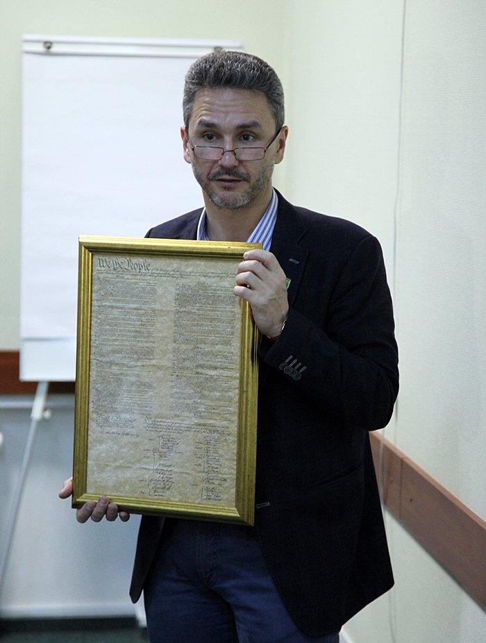 Геннадій тримає Конституцію США