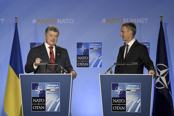 Президент Украины Петр Порошенко и генсек НАТО Йенс Столтенберг во время саммита НАТО в Брюсселе, 12 июля 2018.