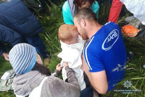 На Прикарпатті знайшли 4-річного хлопчика, який вчора загубився у лісі