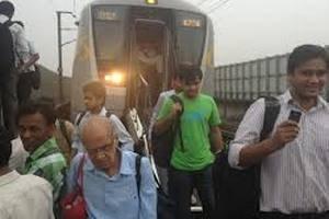 В Индии поезд врезался в толпу паломников