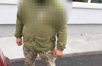 У Вінниці чоловік штовхнув волонтера з опитуванням Зеленського, його затримали