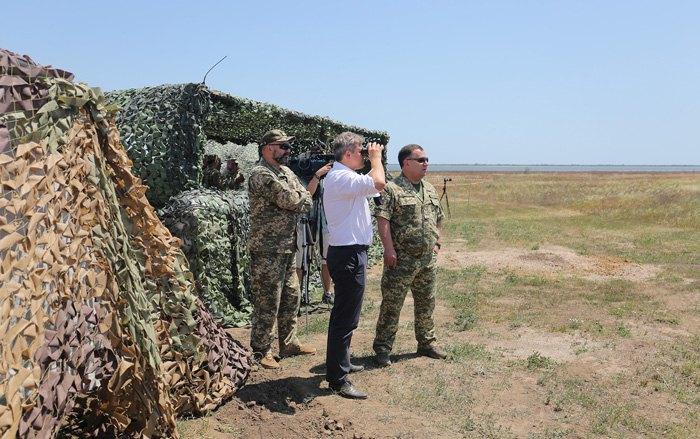 Слева-направо: Сергей Кривонос, Александр Данилюк и Степан Полторак во время испытаний вооружений