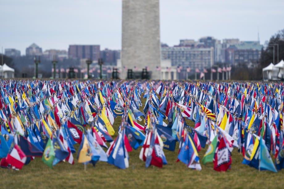 Инсталляция из флагов, символизирует всех, кто не может посетить инаугурацию из-за пандемии СOVID-19 , простирается через Национальную аллею в Вашингтоне