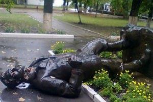 У Харкові невідомі звалили пам'ятник Артему