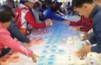 В Якутске толпа съела торт, предназначенный для детей-сирот