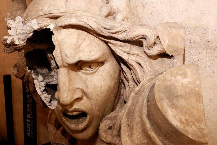 Повреждена вандалами статуя Марианны, символа во Франции, после протестов * желтых жилетов * в Париже, 1 декабря 2018.