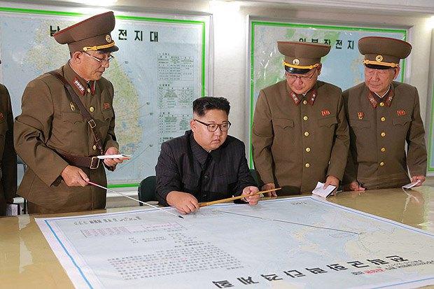Лидер Северной Кореи Ким Чен Ын рассматривает план-карту полета баллистических ракет, в присутствии Командования стратегических сил Корейской народной армии, Пхеньян, 14 августа 2017 г.