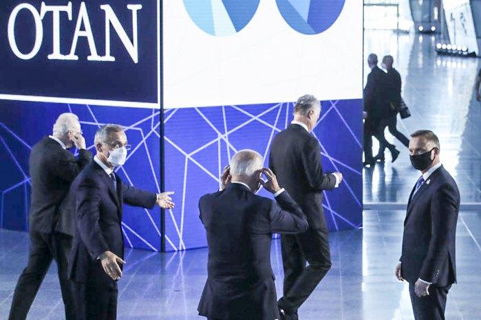 Генсек НАТО Йенс Столтенберг встречает гостей перед саммитом в штаб-квартире в Брюсселе, 14 июня 2021 г.