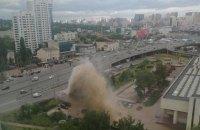 """Біля  метро """"Деміївська"""" в Києві через аварію на трубопроводі утворився 10-метровий грязьовий фонтан"""