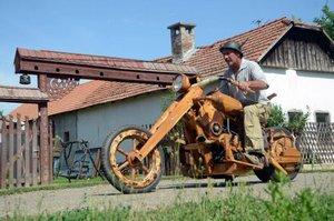 В Венгрии собрали мотоцикл из дерева и коровьих рогов