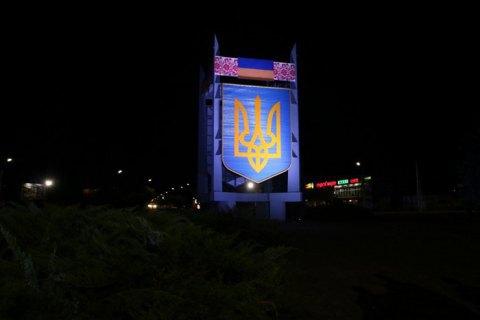 На в'їзді в Черкаси встановили 8-метрову стелу з гербом України