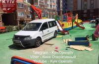 Под Киевом мужчина в халате припарковал автомобиль на детской площадке