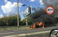 На проспекте Бандеры в Киеве сгорел автомобиль