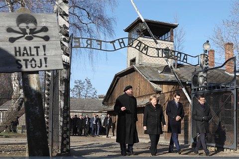Меркель в Аушвіці. Як німці долають незручне минуле