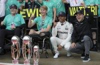 Формула-1: Гемілтон пояснив, чому з'явився на подіумі Гран-прі Абу-Дабі топлес