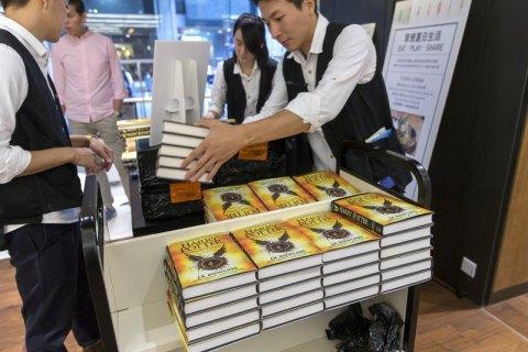 Восьма книга про Гаррі Поттера надійшла у продаж по всьому світу