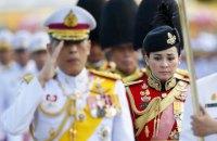 Король Таїланду напередодні коронації оженився на генералі своєї охорони