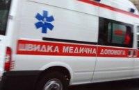 У Львові з вікна четвертого поверху випала дівчина з порізаними венами