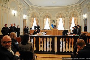 Для Тимошенко в суді встановили скляний бокс