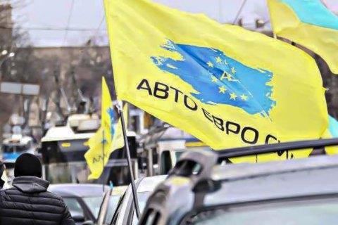 """Поліція застосувала сльозогінний газ проти власника """"євробляхи"""", який наїхав на поліцейського"""