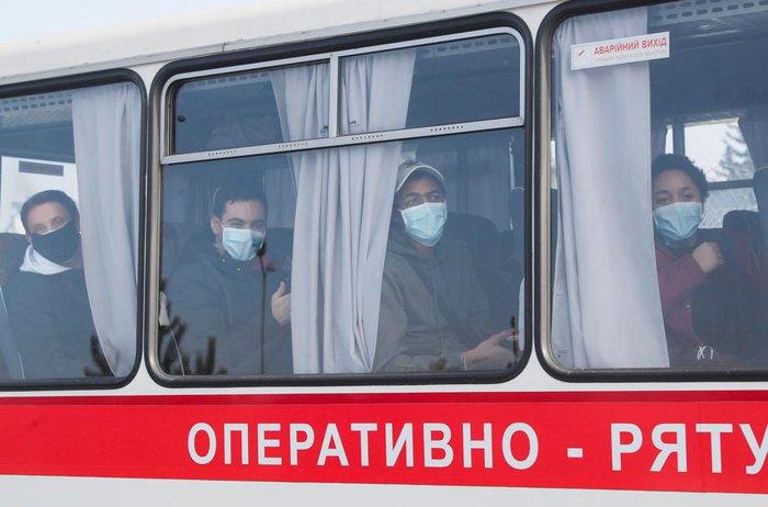 Евакуйованих в Китаю громадян везуть автобусами в Нові Санжари