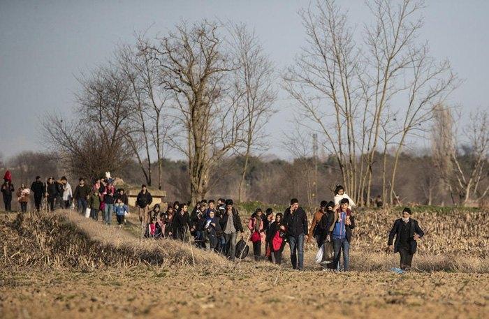 Беженцы идут по направлению к границе с Грецией, в Эдирне, Турция, 28 февраля 2020.