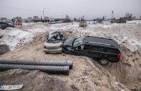 В Киеве за ночь в один строительный котлован влетели два автомобиля