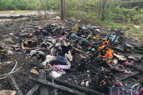 У Києві спалили намет, в якому жили роми (відео)
