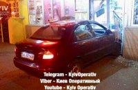 На Березняках в Киеве таксист въехал в продуктовый магазин